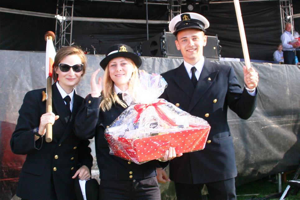 The crew of Dar Mlodziezy