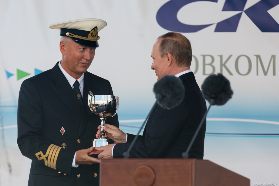 The captain of Mir accepting his prize from Vladimir Putin